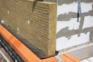 Isolation-thermique-dun-mur-de-briques-avec-un-isolant-thermique-en-laine-de-roche